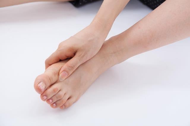 足の裏を抑えている写真